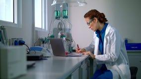 Pesquisador no laboratório Jovem mulher que trabalha no laboratório moderno Pesquisa do cientista video estoque