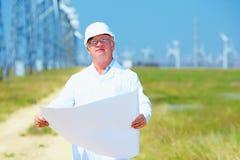 Pesquisador que trabalha no projeto na central elétrica de energias eólicas Fotos de Stock