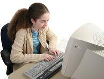 Pesquisando os trabalhos de casa em linha Fotografia de Stock Royalty Free