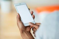 Pessoa afro-americano que guarda um smartphone móvel tátil - Bl Imagens de Stock