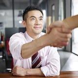 Pessoa asiática do negócio que agita as mãos imagens de stock