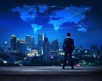 Pessoa asiática do negócio que está no telhado Imagens de Stock