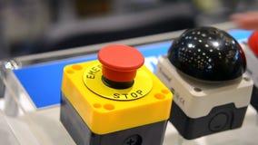 A pessoa clica um dedo no botão de parada vermelho grande filme