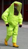 Pessoa com as anti botas de borracha amarelas e amarelas t do terno da radiação Fotografia de Stock Royalty Free