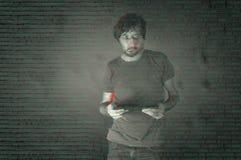 Pessoa com a tabuleta no Cyberspace profundo da Web Foto do estilo de Glitched fotos de stock