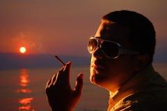 Pessoa com um cigarro Fotos de Stock Royalty Free