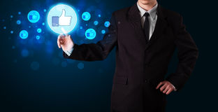 A pessoa considerável que pressiona os polegares levanta o botão no netwo social moderno Fotos de Stock