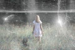 A pessoa da mulher está em um prado com fundo do Cyberspace foto de stock