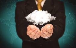 Pessoa das vendas que guarda a nuvem branca Fotografia de Stock Royalty Free