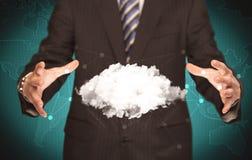 Pessoa das vendas que guarda a nuvem branca Imagem de Stock