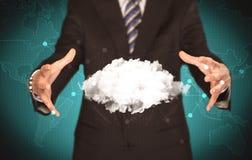 Pessoa das vendas que guarda a nuvem branca Imagens de Stock