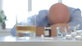 A pessoa de sofrimento que dorme após consome o álcool e comprimidos médicos imagem de stock royalty free