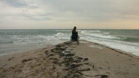 A pessoa deficiente encontra o sol no mar video estoque