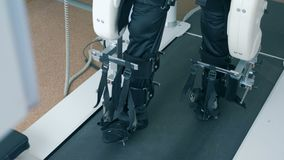 A pessoa deficiente exercita em um dispositivo em uma clínica, fim acima video estoque