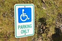 Pessoa deficiente que estaciona somente o sinal Foto de Stock