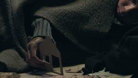 Pessoa desabrigada que guarda a casa do papel, sonhando de própria moradia, abrigando o auxílio vídeos de arquivo
