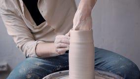 Pessoa do Ceramist que faz a cerâmica do ofício no estúdio da oficina pequena vídeos de arquivo