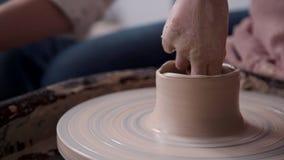 Pessoa do Ceramist que trabalha com argila no estúdio da oficina da cerâmica filme