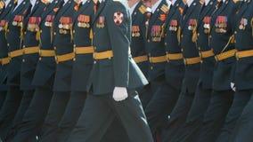 Pessoa do exército militar que anda no close up das botas na parada do quadrado de cidade filme