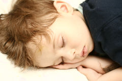 A pessoa do menino de sono Fotografia de Stock Royalty Free