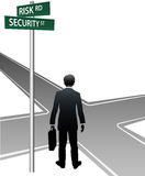 A pessoa do negócio assina a decisão do risco da rua ilustração royalty free