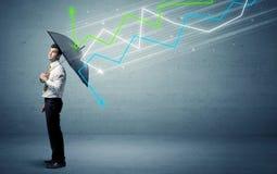 Pessoa do negócio com guarda-chuva e conceito das setas do mercado de valores de ação Imagem de Stock
