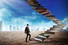 A pessoa do negócio intensifica o livro de voo que olha como a escada Fotos de Stock