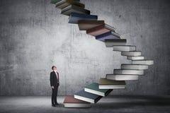 A pessoa do negócio intensifica o livro de voo que olha como a escada Fotografia de Stock Royalty Free