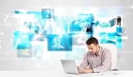 Pessoa do negócio na mesa com imagens modernas da tecnologia no fundo Fotos de Stock Royalty Free