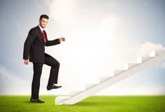 Pessoa do negócio que escala acima na escadaria branca na natureza Fotografia de Stock