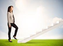 Pessoa do negócio que escala acima na escadaria branca na natureza Fotografia de Stock Royalty Free