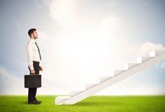 Pessoa do negócio que escala acima na escadaria branca na natureza Imagem de Stock