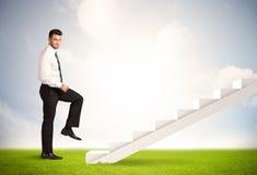 Pessoa do negócio que escala acima na escadaria branca na natureza Fotos de Stock
