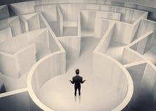 Pessoa do negócio que está no centro do labirinto Fotografia de Stock Royalty Free