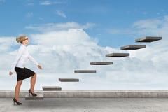 Pessoa do negócio que intensifica uma escadaria Foto de Stock Royalty Free