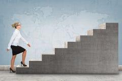 Pessoa do negócio que intensifica uma escadaria Imagem de Stock Royalty Free
