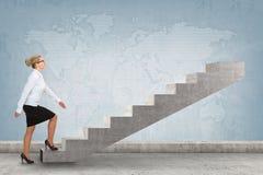 Pessoa do negócio que intensifica uma escadaria Fotografia de Stock Royalty Free