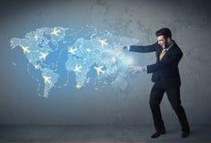 Pessoa do negócio que mostra o mapa digital com planos em todo o mundo Fotografia de Stock Royalty Free
