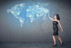 Pessoa do negócio que mostra o mapa digital com planos em todo o mundo Fotografia de Stock