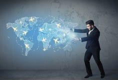 Pessoa do negócio que mostra o mapa digital com planos em todo o mundo Foto de Stock Royalty Free