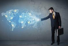 Pessoa do negócio que mostra o mapa digital com planos em todo o mundo Imagens de Stock
