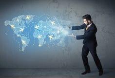 Pessoa do negócio que mostra o mapa digital com planos em todo o mundo Imagem de Stock