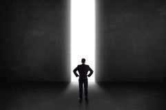 Pessoa do negócio que olha a parede com abertura clara do túnel Fotos de Stock Royalty Free
