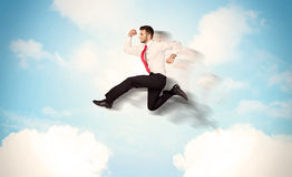 Pessoa do negócio que salta sobre nuvens no céu Imagem de Stock Royalty Free