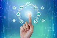 Pessoa do negócio que toca em uma conexão de rede global, conceito das comunicações imagens de stock royalty free