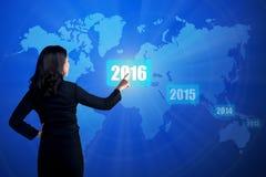 Pessoa do negócio que toca no botão de 2016 anos Imagem de Stock
