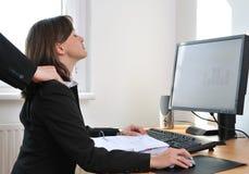 A pessoa do negócio recebe a massagem do colega Fotos de Stock Royalty Free