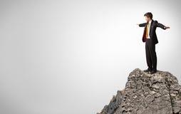 Pessoa do neg?cio na parte superior da rocha com espa?o da c?pia fotos de stock royalty free