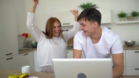 A pessoa dois alegre obtém uma grande resposta pelo correio e comemorando pelo movimento lento do flapper Os pares de sócios star vídeos de arquivo