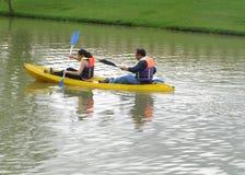 Pessoa dois na canoa fotos de stock
